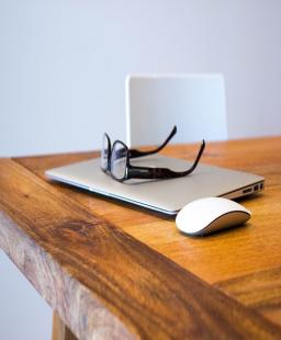 ما الذي تحتاج إليه لإنشاء بيئة عمل في المنزل؟