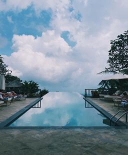 أفكار مبتكرة لإعادة تصميم حمامات السباحة المنزلية