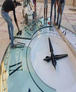 ساعة عملاقة من الزجاج
